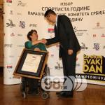 Borislava Peric Rankovic dodeljuje Povelju Vladimiru Novakovicu, generalnom direktoru Apatinske pivare